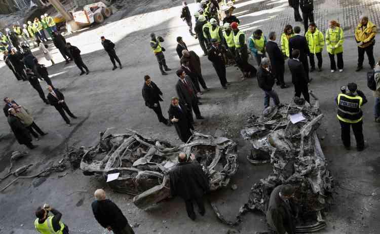 Le chef du gouvernement socialiste espagnol, José Luis Rodriguez Zapatero, en visite sur les lieux de l'attentat de l'aéroport Barajas.