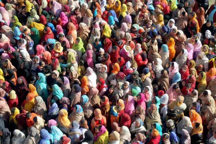 Au Jammu, une région du Cachemire indien, des Sikhs se pressent devant le tombeau d'un saint à l'occasion de l'anniversaire de la naissance de Govind Singh, le dixième gourou.