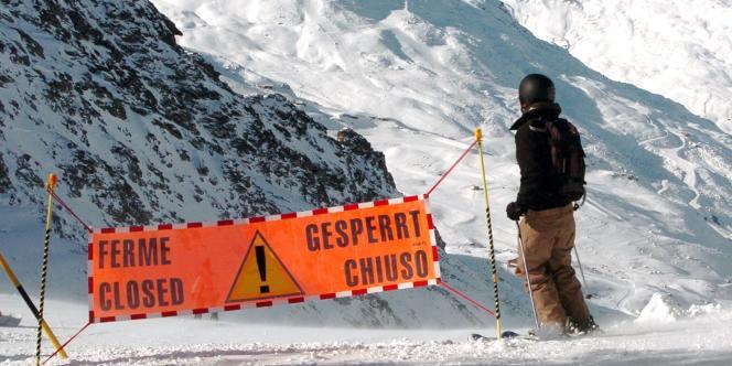 Un skieur s'engage sur un secteur hors piste fermé, à 2 950 mètres d'altitude, à Val Thorens, en Savoie, la plus haute station d'Europe.