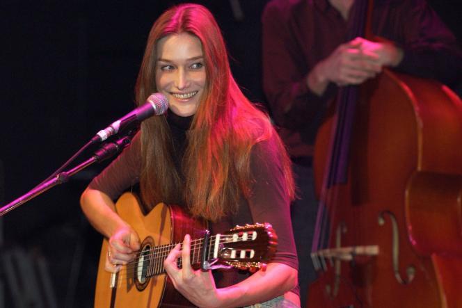 Carla Bruni en concert à La Cigale à Paris, le 7 novembre 2003, est devenue Mme Bruni-Sarkozy.