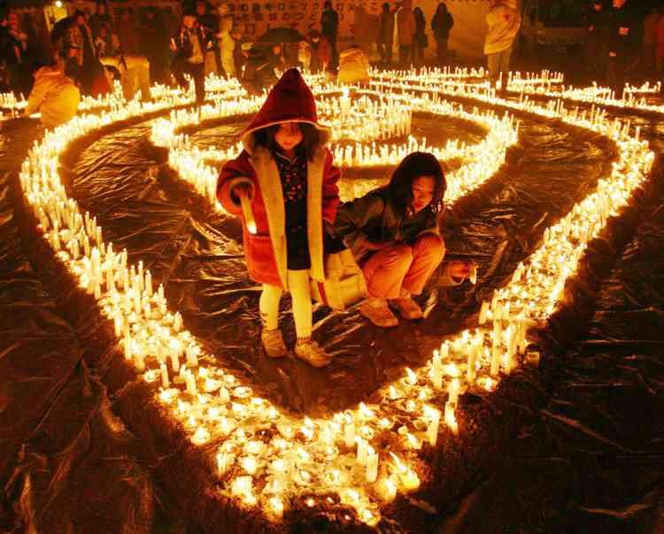 6 000 bougies ont été allumées dans la ville d'Itami  en mémoire des 6 000 victimes du tremblement de terre de Kobe en 1995. Le douzième anniversaire de la catastrophe sera célébré le 17 janvier à Kobé.