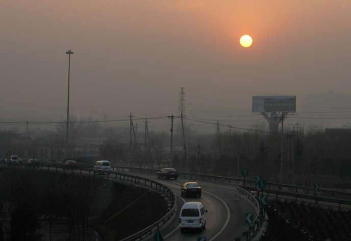 Un nuage de pollution sur la ville de Pékin, en 2007. La pollution atmosphérique de la ville suscite de vives inquiétudes.