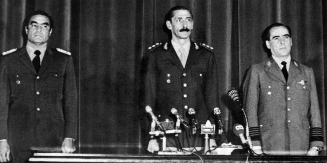 Le 24 mars 1976, à Buenos Aires, Jorge Rafael Videla entouré de l'amiral Eduardo Emilio Massera et du géneral Orlando Ramon Agosti.
