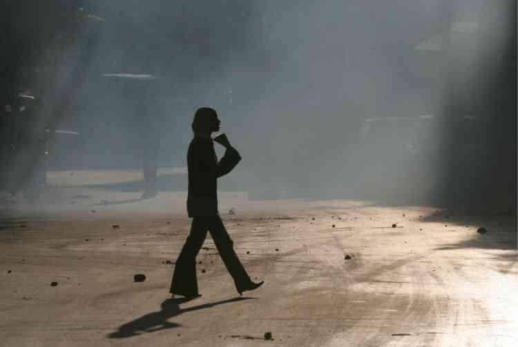 Une femme traverse la rue à Naplouse. Le matin, un Palestinien a été tué à Naplouse par les soldats israéliens. Il s'agit du premier incident mortel en Cisjordanie depuis le 4 janvier.