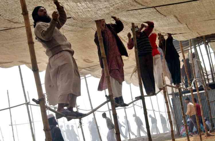 Des musulmans installent le toit en toile d'une tente en vue du rassemblement islamique qui va se tenir pendant trois jours sur les rives de la rivière Turag, à Tongi, à 20 km au nord de Dacca, la capitale du pays.
