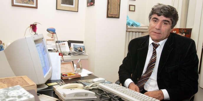 Le journailste turco-arménien Hrant Dink dans son bureau d'Istanbul, en octobre 2005.