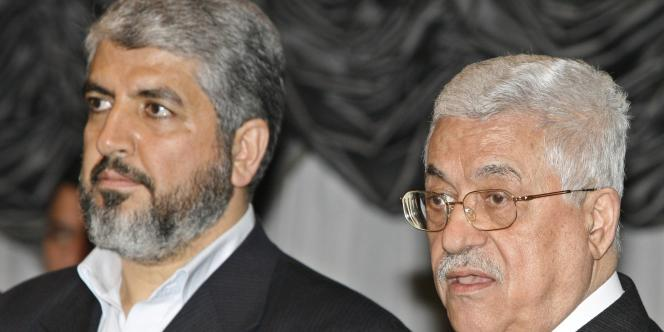 Le président Mahmoud Abbas (à droite), chef du Fatah, et le chef du mouvement islamiste, Hamas Khaled Mechaal, en janvier 2007.