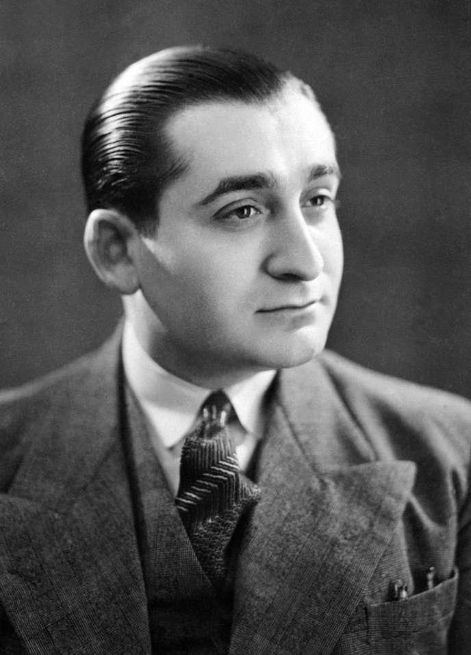 Maurice Lauré reçoit le soutien de Pierre Mendès France , alors président de la commission des finances de l'Assemblée nationale, qui succèdera comme président du conseil à Joseph Laniel en juin 1954 (portrait de Pierre Mendès France en 1938).