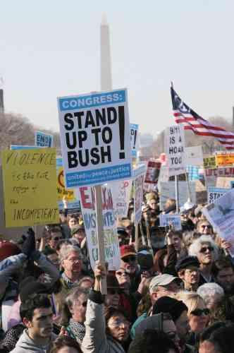Les manifestants ont changé leur approche sur la grande esplanade au pied du Capitole, pour scander des slogans qui pour une fois étaient moins adressés au président George W. Bush,