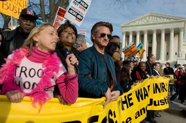 """""""Nous sommes venus dire (aux responsables politiques) que s'ils ne se ressaisissent pas, et s'ils ne votent pas une résolution aussi contraignante que le bilan humain (de la guerre), nous n'allons pas les soutenir!"""" a lancé Sean Penn."""