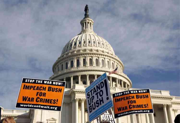 Les manifestants devant le Capitole demandent la procédure d'impeachment contre le président George W. Bush.
