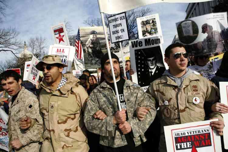 """""""Les Vétérans d'Irak contre la guerre"""". Un groupe de manifestants composé de vétérans de la guerre en Irak appelle au retrait des troupes."""