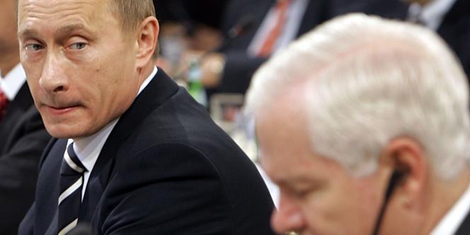 Vladimir Poutine observe le secrétaire à la défense américain Robert Gates, samedi 10 février, à la la 43e conférence sur la sécurité, à Munich.