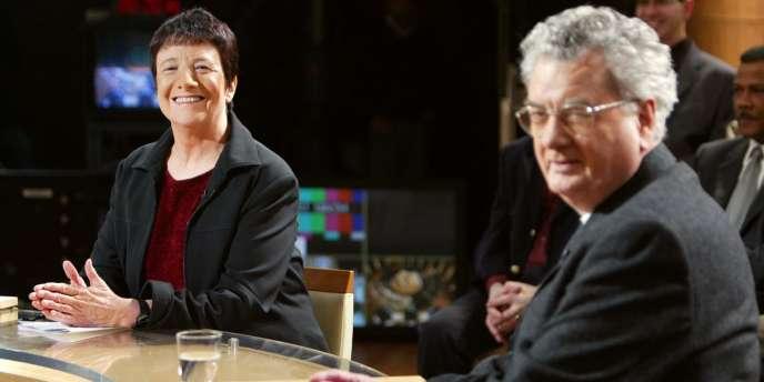 Le dirigeant de Lutte ouvrière Robert Barcia, dit Hardy, et la porte-parole du parti Arlette Laguiller participent, en 2003, à l'émission