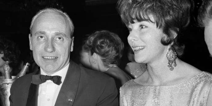 Le préfet de police de Paris, Maurice Papon, et son épouse, Bettina, assistent à la nouvelle revue du Lido, le 7 décembre 1961 à Paris.