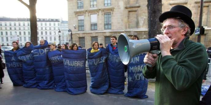 Manifestation de l'association Droit au logement devant l'Assemblée nationale le 15 février 2007, quand était discutée la loi sur le droit opposable au logement.