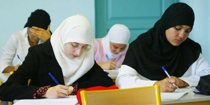 Des étudiantes du Lycée privé musulman Averroès, en 2004, à Lille.