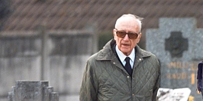 Maurice Papon au cimetière de Gretz-Armainvilliers en avril 1998.