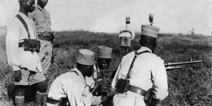 Des tirailleurs sénégalais à l'instruction dans un camp d'entraînement dans les colonies françaises en Afrique, le 4 décembre 1939.