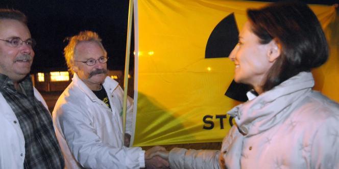 Ségolène Royal salue des militants de l'association écologiste Greenpeace venus à Mondeville demander à la candidate socialiste de refuser la construction du réacteur nucléaire EPR.