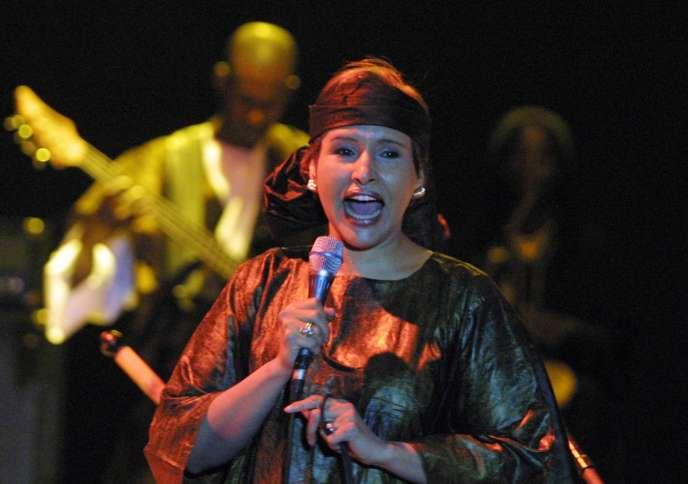 La chanteuse mauritanienne Malouma en concert à Dakar en février 2004.