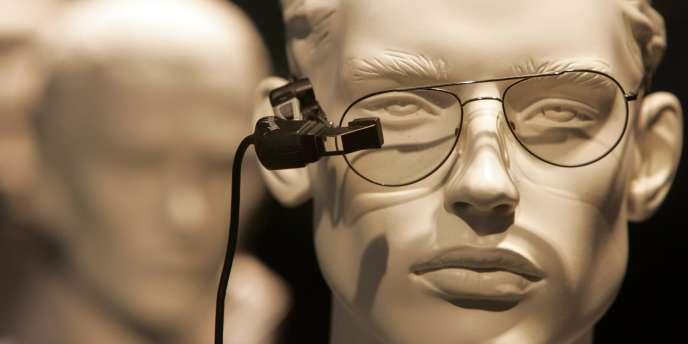 Un micro-écran d'ordinateur adapté à des lunettes.
