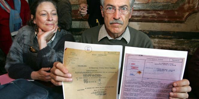 L'ancien député Verts Alain Lipietz, aux côtés de sa sœur Hélène, montre des documents relatifs à la déportation de leur père, le 27 mars 2007, lors d'une conférence de presse à Paris.