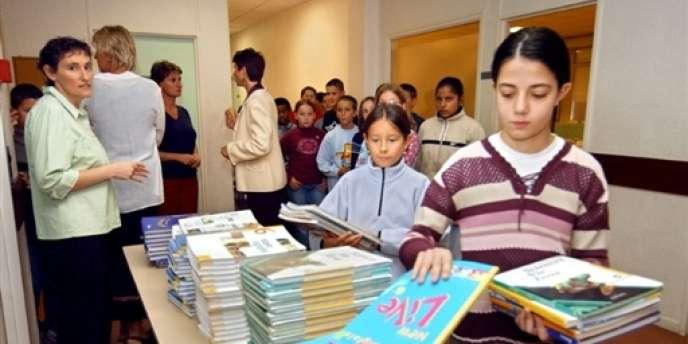 Distribution de manuels scolaires en septembre 2003 au collège Langevin-Wallon de Saint-Gratien.