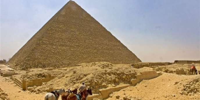 La grande pyramide de Khéops sur le plateau de Gizeh près du Caire en juin 2002.