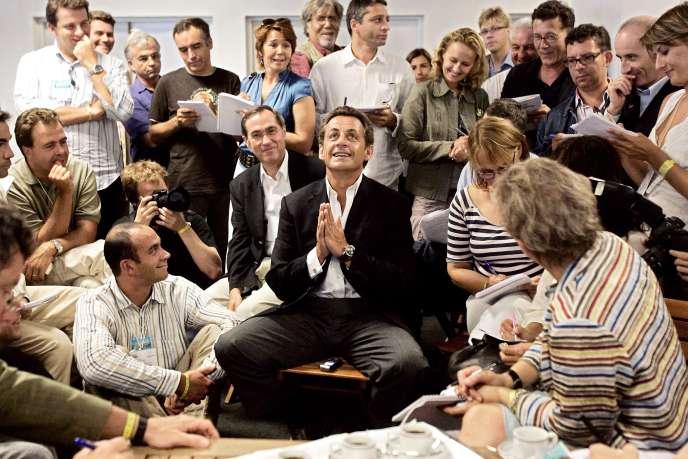 Nicolas Sarkozy entouré de journalistes le 2 septembre 2006 à Marseille.
