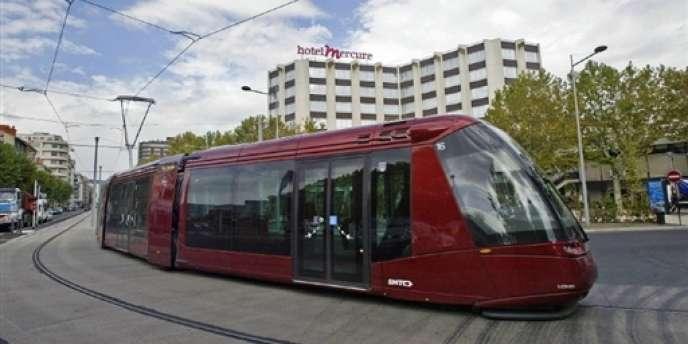 Le tramway Translohr de Clermont-Ferrand, équipé de pneumatiques à propulsion électrique.