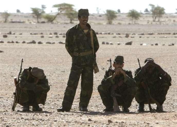Des membres du Front Polisario au Sahara occidental, en octobre 2005.