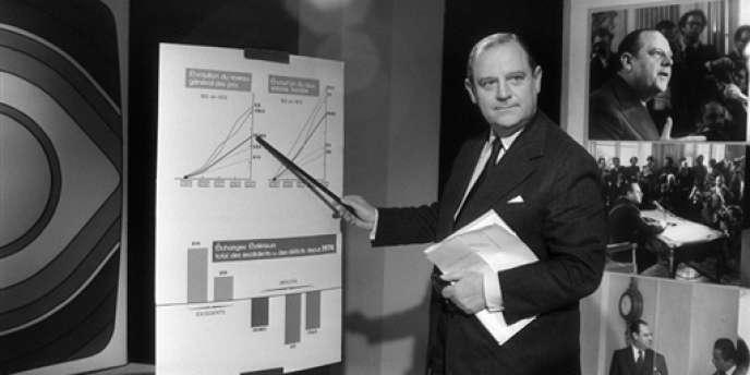 Le premier ministre Raymond Barre donne un mini-cours d'économie, le 28 octobre 1976 à Paris, lors d'une émission de télévision -