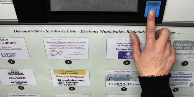 Une machine à voter Nedap, en démonstration à Linas, au sud de Paris, le 4 janvier 2007.
