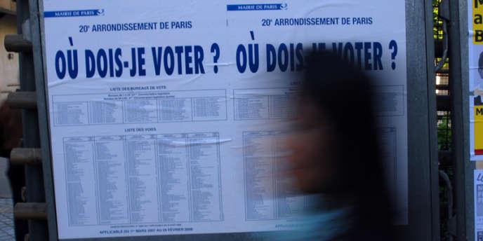 Panneau d'information pour l'élection présidentielle dans le 20e arrondissement de Paris, le 22 avril 2007.