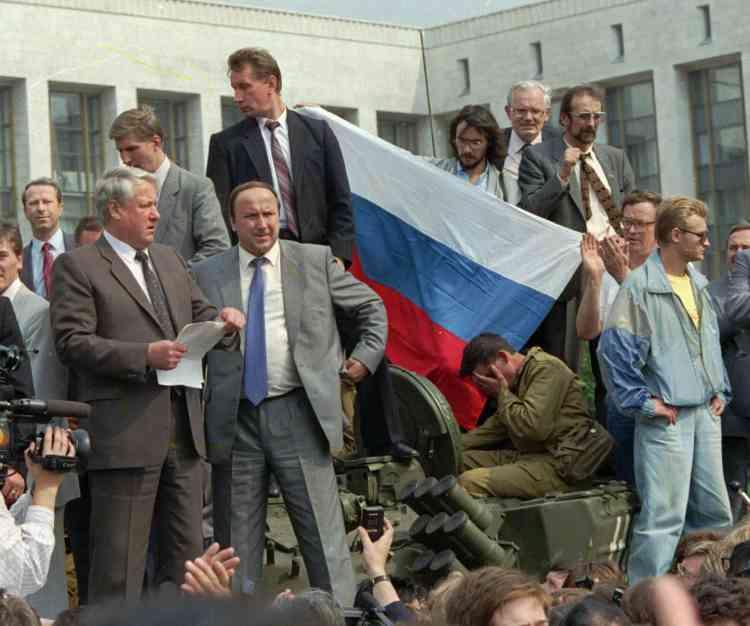 En août 1991, Boris Eltsine, le président de la Fédération de Russie, s'oppose aux putschistes.