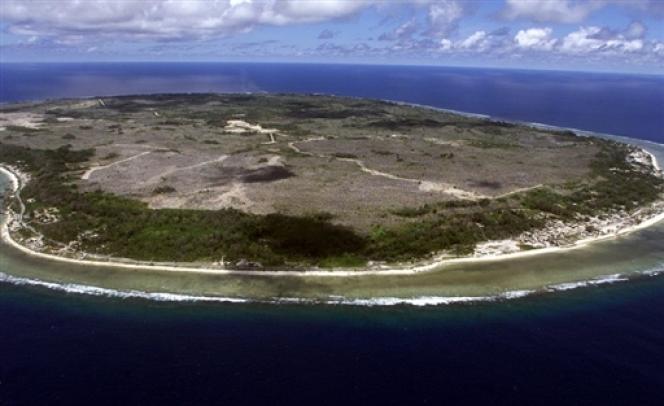 Deux mile quatre cents personnes sont détenues à Manus et à Nauru. Selon la législation mise en place en2001, les demandeurs d'asile interceptés au large des côtes australiennes doivent être envoyés sur l'île de Nauru, Etat souverain, pour y attendre le traitement de leur dossier, tandis que l'Australie tente de négocier leur départ vers un pays tiers.