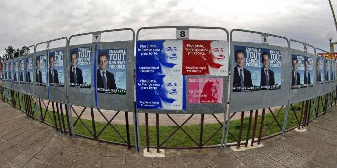 Les affiches de campagne de Ségolène Royal et Nicolas Sarkozy en 2007 à Porto-Vecchio, en Corse.