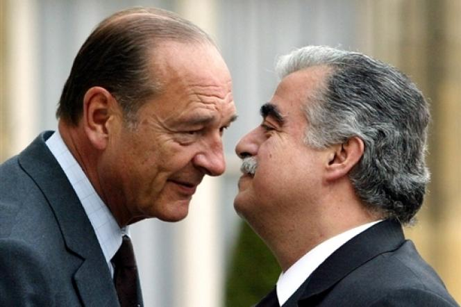 Jacques Chirac accueille le premier ministre libanais Rafic Hariri, le 25 avril 2003, dans la cour du palais de l'Elysée à Paris, avant un entretien.