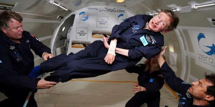 Le cosmologiste Stephen Hawking en apesanteur, le 26 avril 2007.