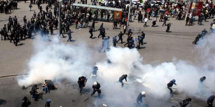 La police turque disperse les manifestants de gauche qui tentaient de gagner la place Taksim, mardi 1er mai 2007 à Istanbul. Ces incidents surviennent alors que la crise politique entre le camp laïque et le gouvernement islamiste modéré perdure en Turquie.