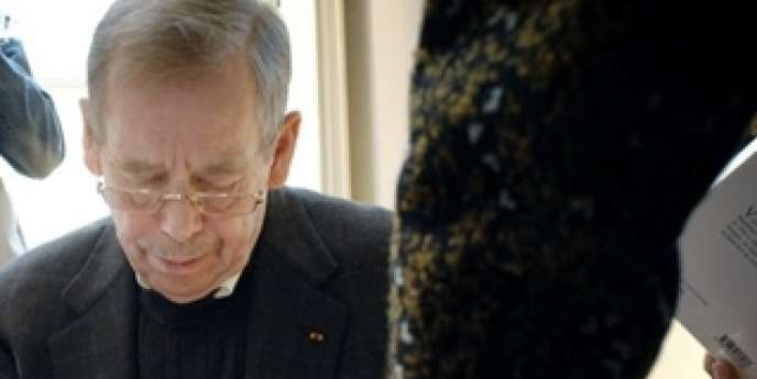 L'ancien président de la République Tchèque Vaclav Havel, à Paris, le 11 avril 2007, lors d'une séance de dédicaces de son livre