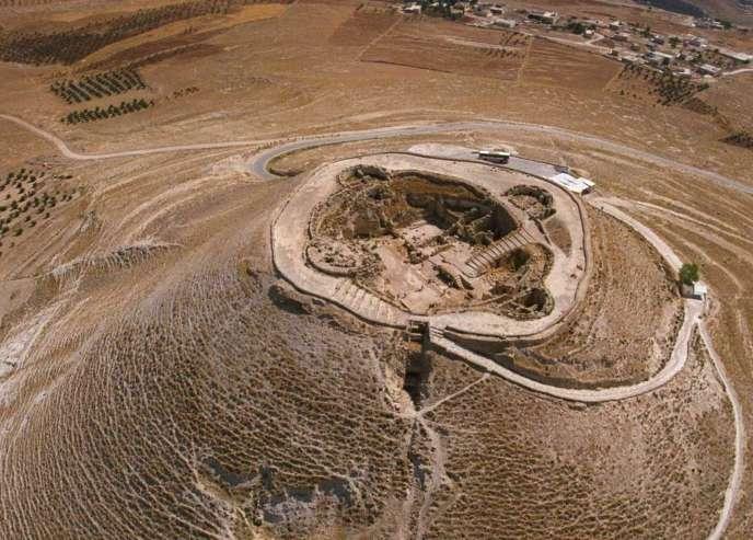 Vue aérienne de la colline d'Hérodion avec le tombeau du roi Hérode à une vingtaine de kilomètres au sud de Jérusalem, en 2007.