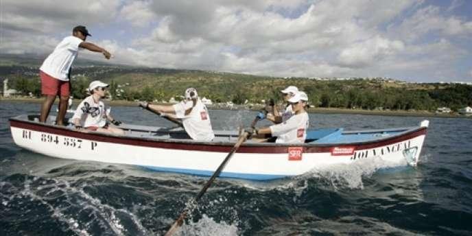 Un bateau au large de Saint-Pierre, au sud de l'île de la Réunion.