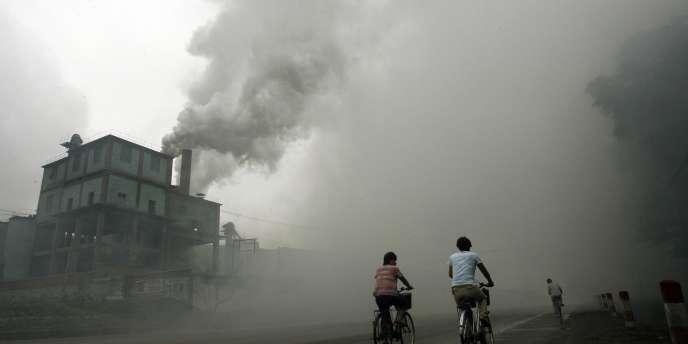 Un nuage de pollution s'échappant d'une usine à Yutian, à l'est de Pékin, le 18 juillet 2006.