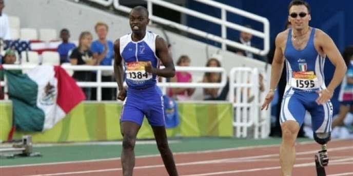 En Grèce, le 25 septembre 2004, Clavel Kayitare lors du 200 m, où il a remporté une médaille d'argent aux Jeux paralympiques.