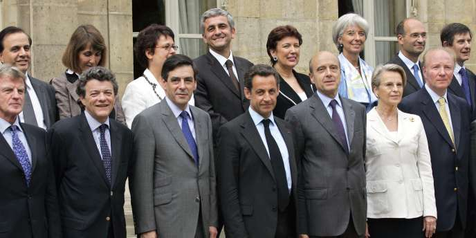 Photo de famille du gouvernement Fillon autour du président Nicolas Sarkozy, le 18 mai 2007.