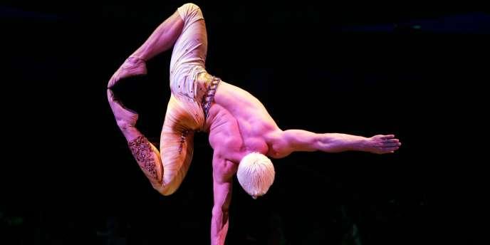 L'acrobate russe Denys Tolstov, du Cirque du Soleil, lors d'une représentation à Saint-Denis, le 9 mai 2007.
