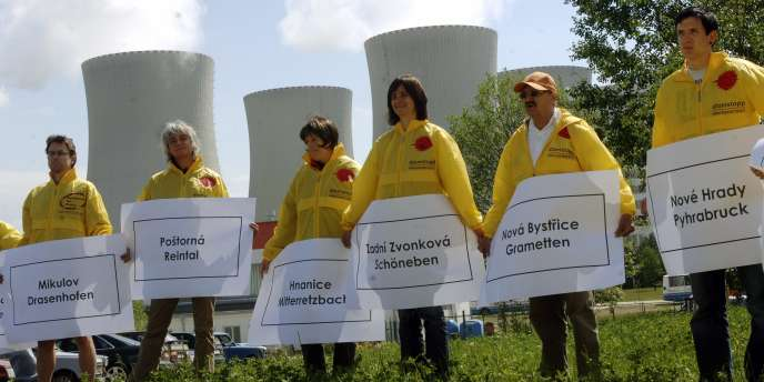 Si le maire de Tyn se montre très satisfait de l'usage des eaux des réacteurs de Temelin, les opposants au nucléaire manifestent régulièrement (ici en mai 2007), autour de la centrale, leur opposition  à l'utilisation de l'atome.