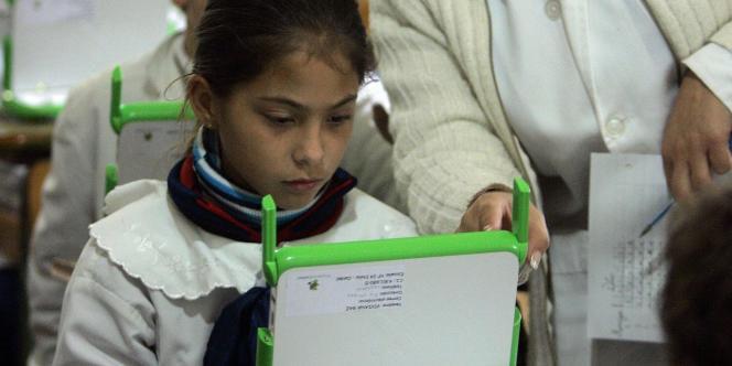 Une élève apprend à utiliser un ordinateur à 100 dollars à Villa Cardal en Uruguay, en 2007, dans le cadre du projet un ordinateur par enfant.